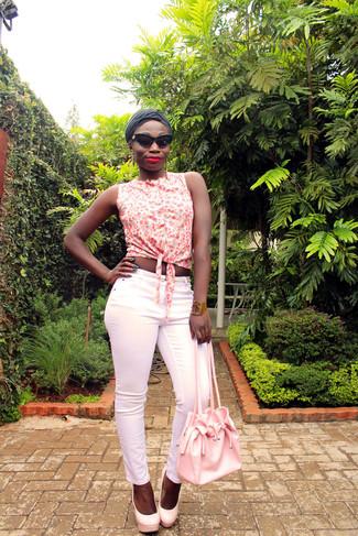 Come indossare: camicia senza maniche a fiori bianca, pantaloni skinny rosa, décolleté in pelle rosa, borsa a secchiello in pelle rosa