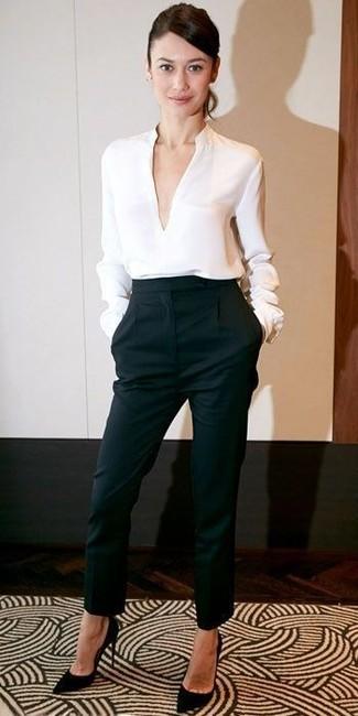 Camisetta a maniche lunghe bianca pantaloni stretti in fondo neri décolleté in pelle scamosciata neri large 12330