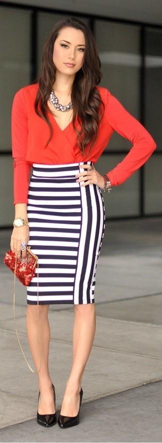 Scegli uno stile classico in una camisetta a maniche lunghe rossa e una gonna tubino a righe orizzontali bianca e blu scuro. Questo outfit si abbina perfettamente a un paio di décolleté in pelle neri.