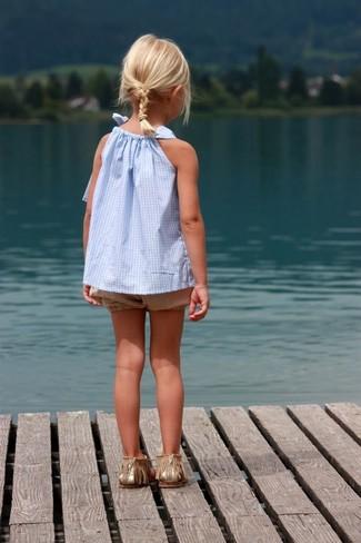 Come indossare: canotta azzurra, pantaloncini marrone chiaro, sandali dorati