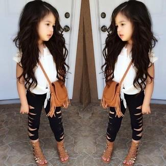 Come indossare: canotta bianca, leggings neri, sandali marrone chiaro