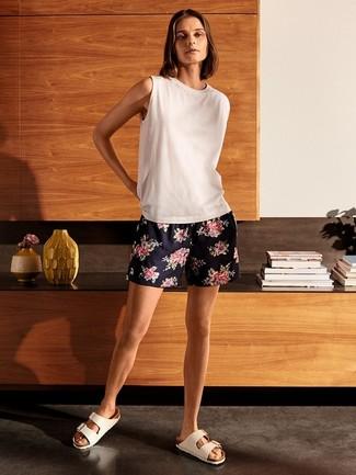 Come indossare: canotta bianca, pantaloncini a fiori blu scuro, sandali piatti in pelle bianchi