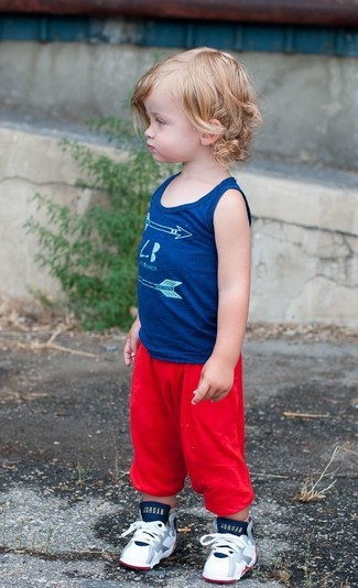 Come indossare e abbinare: canotta blu, pantaloni sportivi rossi, sneakers bianche