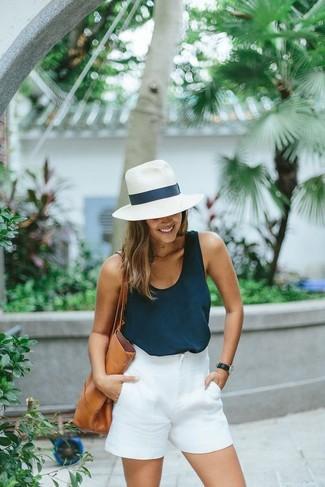 Come indossare: canotta blu scuro, pantaloncini bianchi, borsa shopping in pelle marrone chiaro, borsalino di paglia bianco