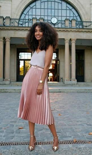 Come indossare: canotta di chiffon grigia, gonna longuette a pieghe rosa, décolleté in pelle dorati, orologio dorato