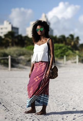 Come indossare: canotta con volant bianca, gonna lunga stampata bordeaux, borsa a tracolla in pelle scamosciata leopardata marrone, occhiali da sole verdi
