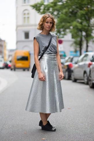 the latest bc63a 7c84d Look alla moda per donna: Canotta grigia, Gonna a ruota ...