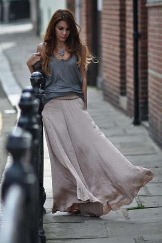 d179a23995 Look alla moda per donna: Canotta grigia, Gonna lunga di seta grigia ...