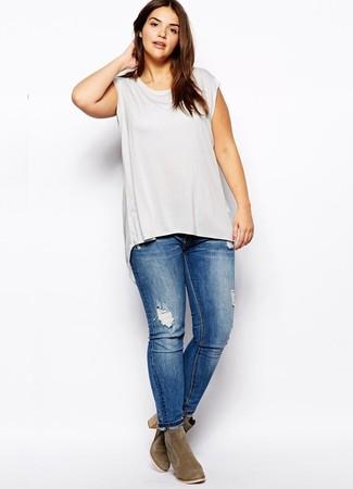 Come indossare e abbinare jeans aderenti strappati blu: Punta su una canotta grigia e jeans aderenti strappati blu per le giornate pigre. Un paio di stivaletti in pelle scamosciata verde oliva si abbina alla perfezione a una grande varietà di outfit.