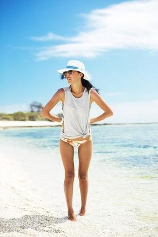 Come indossare: canotta grigia, slip bikini a fiori bianchi, borsalino di paglia bianco, occhiali da sole marroni