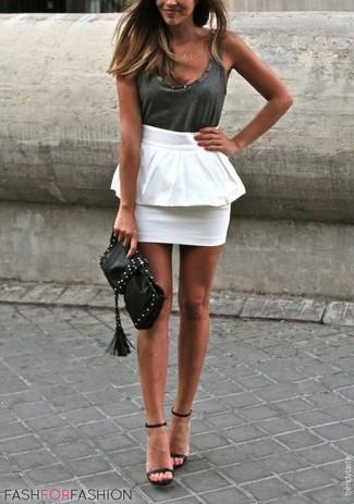 Come indossare e abbinare: canotta grigio scuro, gonna peplo bianca, sandali con tacco in pelle neri, pochette in pelle con borchie nera