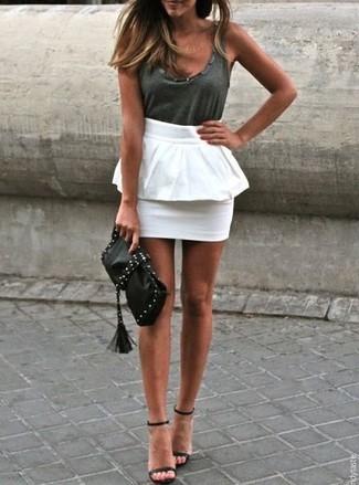 Come indossare e abbinare una canotta grigio scuro: Abbina una canotta grigio scuro con una gonna peplo bianca per un look raffinato per il tempo libero. Sandali con tacco in pelle neri sono una eccellente scelta per completare il look.