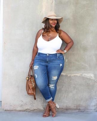 Come indossare: canotta bianca, jeans aderenti strappati blu, sandali con tacco in pelle marrone chiaro, borsa shopping in pelle marrone