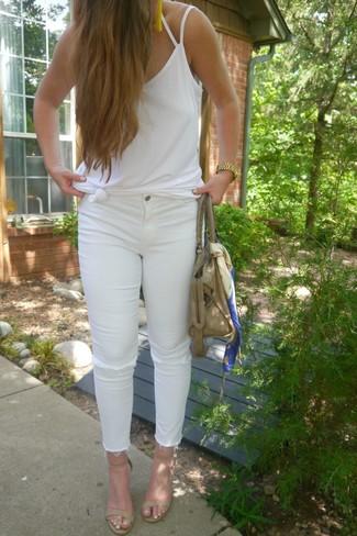 Come indossare e abbinare jeans aderenti strappati bianchi: Prova a combinare una canotta bianca con jeans aderenti strappati bianchi per andare a prendere un caffè in stile casual. Sandali con tacco in pelle beige sono una splendida scelta per completare il look.
