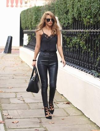 Come indossare e abbinare: canotta di pizzo nera, jeans aderenti in pelle neri, sandali gladiatore in pelle scamosciata neri, cartella in pelle nera