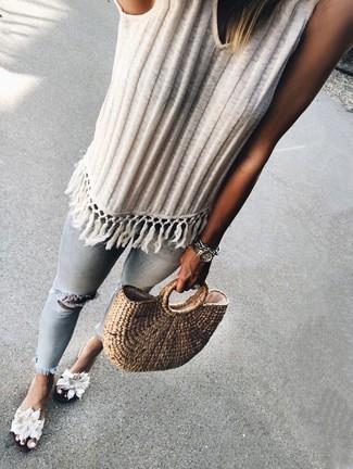 Come indossare e abbinare una canotta lavorata a maglia bianca: Scegli una canotta lavorata a maglia bianca e jeans aderenti strappati azzurri per un'atmosfera casual-cool. Sandali piatti di tela a fiori bianchi sono una splendida scelta per completare il look.