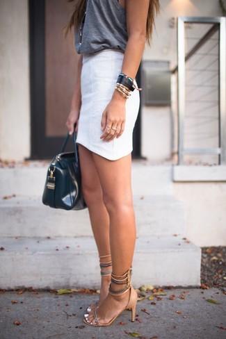 Come indossare e abbinare: canotta grigio scuro, minigonna bianca, sandali con tacco in pelle scamosciata marrone chiaro, borsa shopping in pelle nera