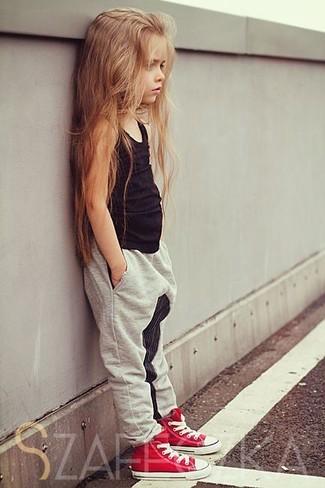 Come indossare: canotta nera, pantaloni grigi, sneakers rosse