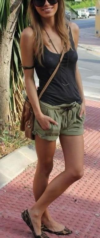 Come indossare e abbinare: canotta grigio scuro, pantaloncini verde oliva, ballerine in pelle scamosciata leopardate marrone chiaro, borsa a tracolla in pelle marrone
