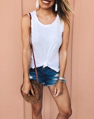 Come indossare e abbinare: canotta bianca, pantaloncini di jeans blu scuro, borsa a tracolla di paglia marrone, orologio argento