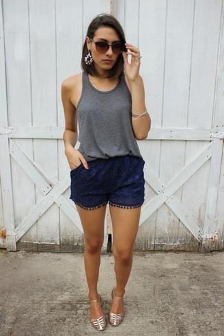 Come indossare: canotta grigio scuro, pantaloncini di pizzo blu scuro, sandali piatti in pelle argento, occhiali da sole marrone scuro