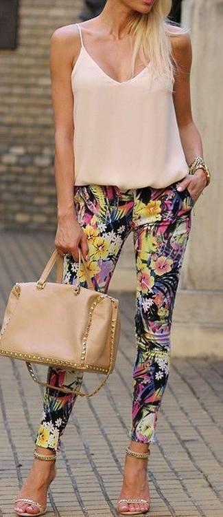 Come indossare: canotta di seta beige, pantaloni skinny a fiori neri, sandali con tacco in pelle scamosciata decorati beige, cartella in pelle marrone chiaro