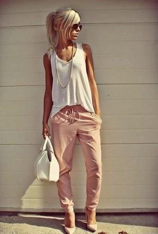 Come indossare: canotta bianca, pantaloni sportivi rosa, décolleté in pelle bianchi, borsa a mano in pelle bianca