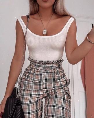 Come indossare e abbinare: canotta bianca, pantaloni stretti in fondo a quadri marrone chiaro, borsa a tracolla in pelle trapuntata nera, collana con ciondolo dorata