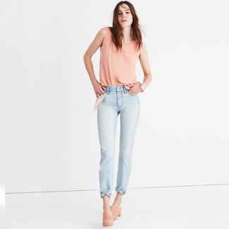 Come indossare e abbinare sabot in pelle scamosciata rosa: Una canotta rosa e jeans azzurri trasmettono una sensazione di semplicità e spensieratezza. Indossa un paio di sabot in pelle scamosciata rosa per mettere in mostra il tuo gusto per le scarpe di alta moda.