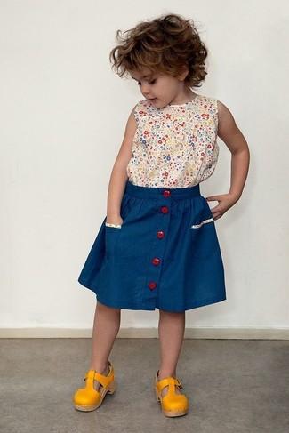 Come indossare: canotta stampata beige, gonna blu, sandali senapi