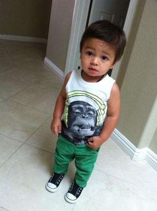 Come indossare: canotta stampata bianca, pantaloni verdi, sneakers nere e bianche