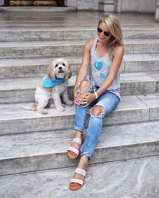 Come indossare: canotta stampata grigia, jeans strappati azzurri, sandali piatti in pelle bianchi