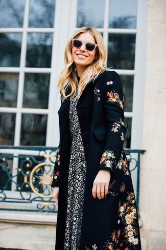 Scegli un cappotto a fiori nero e occhiali da sole beige per un pranzo domenicale con gli amici.