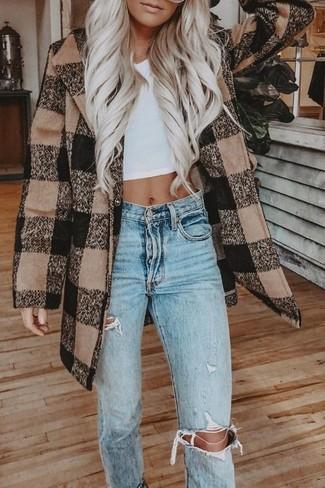Come indossare e abbinare: cappotto a quadri marrone, top corto bianco, jeans strappati azzurri