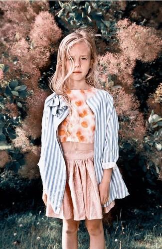 Come indossare: cappotto a righe verticali azzurro, canotta a fiori arancione, gonna rosa