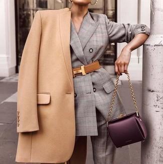 Come indossare e abbinare: cappotto marrone chiaro, abito scozzese grigio, cartella in pelle melanzana scuro, cintura a vita alta in pelle marrone chiaro