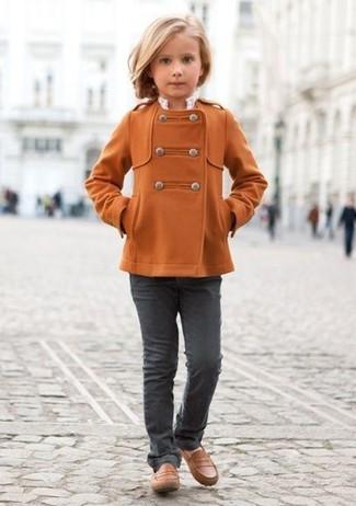 Come indossare: cappotto arancione, jeans grigio scuro, mocassini eleganti marroni