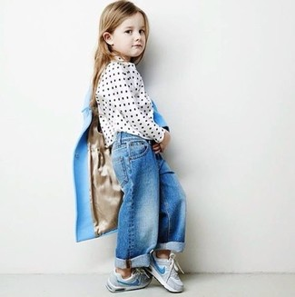 Come indossare: cappotto azzurro, camicetta manica lunga a pois bianca, jeans blu, sneakers grigie