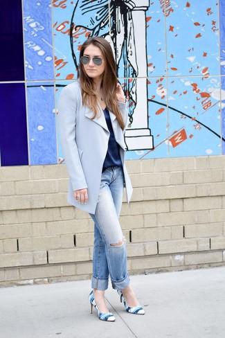 Come indossare: cappotto azzurro, canotta di seta blu scuro, jeans boyfriend strappati azzurri, décolleté in pelle stampati blu