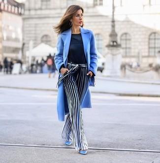 Come indossare e abbinare: cappotto azzurro, maglione girocollo blu scuro, pantaloni larghi a righe verticali blu scuro e bianchi, décolleté in pelle azzurri