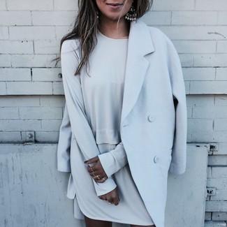 Come indossare: cappotto azzurro, vestito a trapezio grigio, orecchini argento