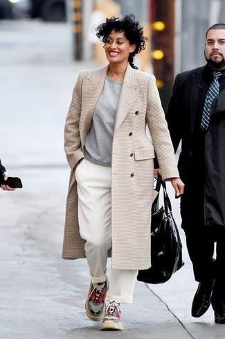 Come indossare: cappotto scozzese beige, felpa grigia, pantaloni larghi bianchi, scarpe sportive multicolori