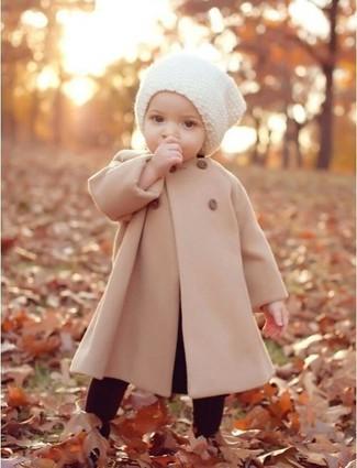 Come indossare: cappotto beige, leggings bordeaux, cuffia bianco