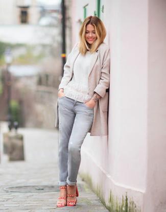 Come indossare e abbinare: cappotto beige, maglione girocollo bianco, jeans grigi, sandali con tacco in pelle rossi