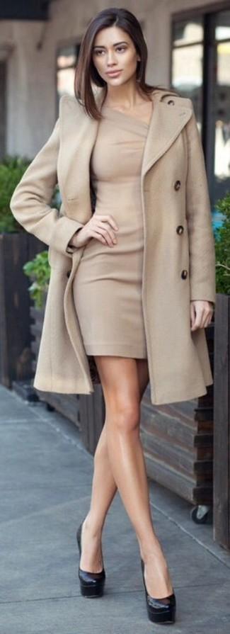 Un cappotto beige e un vestito fascianto beige sono un outfit perfetto da sfoggiare nel tuo guardaroba. Prova con un paio di décolleté in pelle neri per un tocco virile.