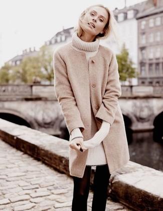 Come indossare: cappotto beige, vestito di maglia beige, collant di lana nero