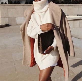 Come indossare: cappotto beige, vestito di maglia lavorato a maglia beige, pochette in pelle stampata marrone scuro