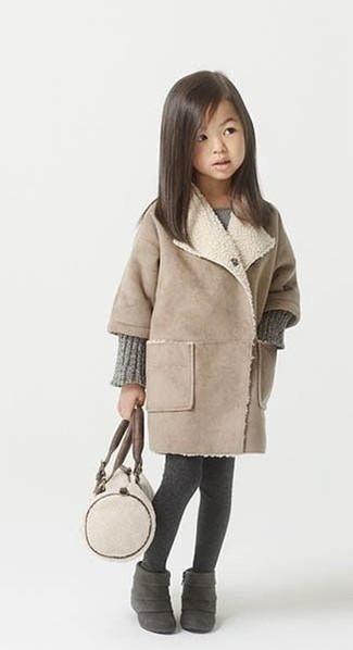 Come indossare: cappotto beige, vestito lavorato a maglia grigio, stivali in pelle scamosciata grigio scuro, collant grigio scuro