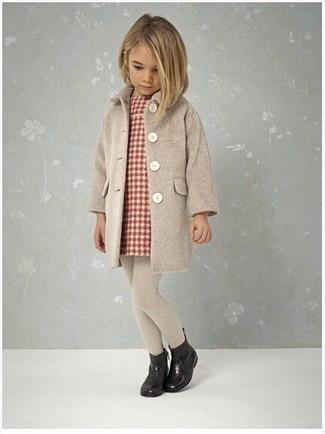 Come indossare: cappotto beige, vestito scozzese rosso, stivali di gomma neri, collant beige