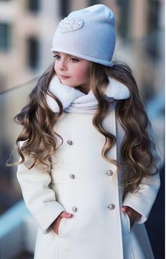 Come indossare: cappotto bianco, cuffia bianco, sciarpa bianca